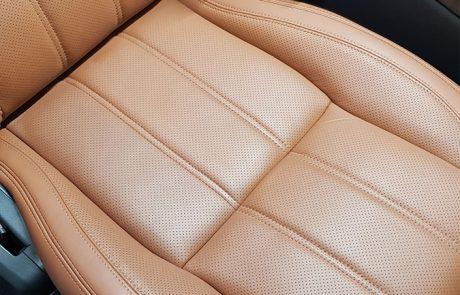 Ein brauner Ledersitz eines Range Rovers. Repariert durch die Lederinstandsetzung von Meisterwerke Köln. 02