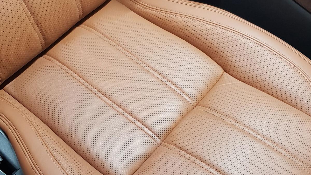 Lederinstandsetzung von Meisterwerke Köln. Ein brauner Ledersitz eines Range Rovers. Beitragsbild